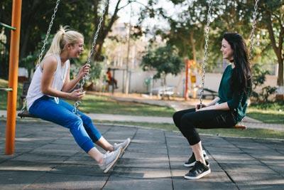 שתי צעירות משוחחות
