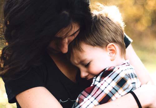 אם מחבקת את בנה